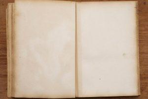 offenes-altes-Buch-mit-leeren-Seiten